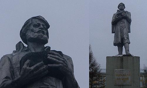 поехали к памятнику Михайло Волкову